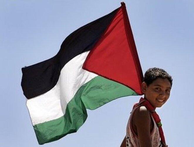 drapeau-de-la-palestine-porte-par-un-enfant-palestinien