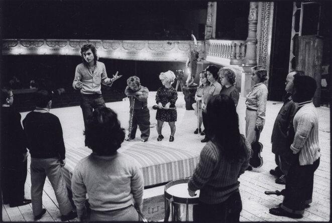 Julian Negulesco dirige les 18 nains en répétition -Turandot 1974 © Gilles Walusinski