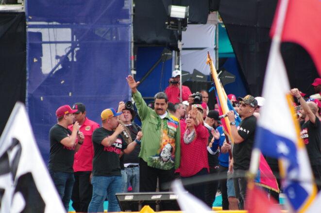 Dernier meeting de campagne de Nicolás Maduro. Le candidat salue la foule et appelle 10 millions de Vénézuéliens à se mobiliser en sa faveur. © JB Mouttet