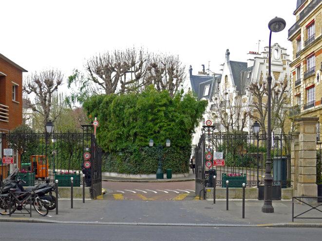 Entrée de la villa Montmorency, Paris, XVIe arrondissement, rue Poussin. Photographie prise le 7 mars 2014. Source: Wikimedia Commons. © Mbzt.