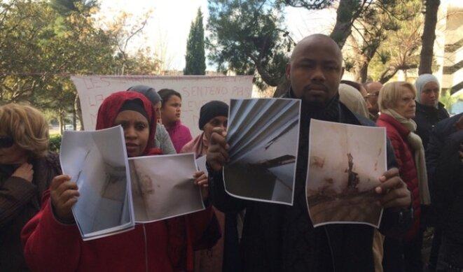 Un couple de locataires exhibe des photos montrant l'insalubrité de son logement, lors d'une mobilisation à Air Bel le 13 janvier 2018. © LF