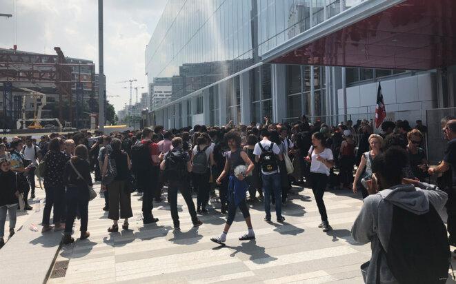 Rassemblement de lycéens et étudiants devant le nouveau tribunal de Paris, le 24 mai. © CG