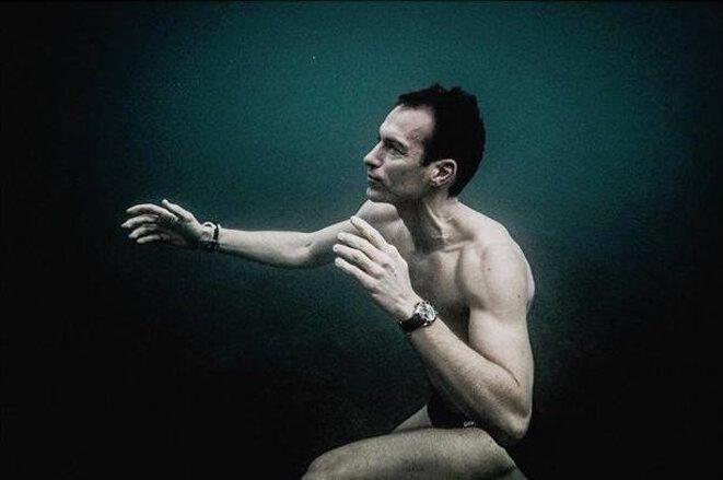 Morgan Bourc'his adaptant son corps et son esprit aux 13°C de l'eau au mois de février 2018. Marseille. Photographie Guillaume Néry.