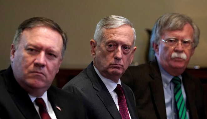 Les faucons dans leur nid : Mike Pompeo (à gauche) et John Bolton (à droite) encadrant le secrétaire à la Défense James Mattis. © Reuters