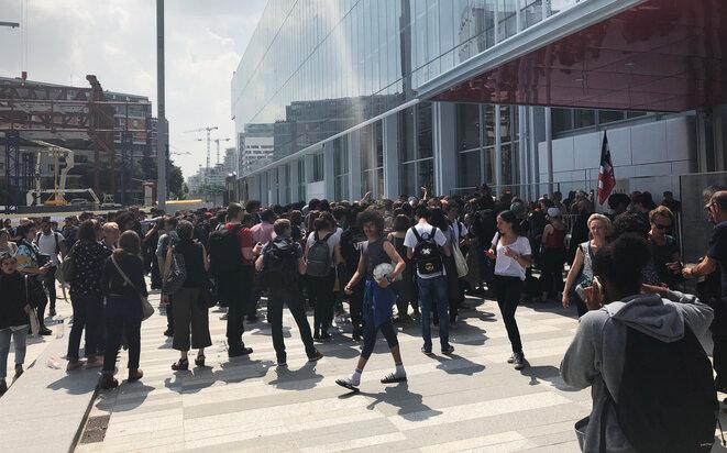Rassemblement de lycéens et étudiants devant le nouveau palais de justice de Paris, jeudi 24 mai. © CG