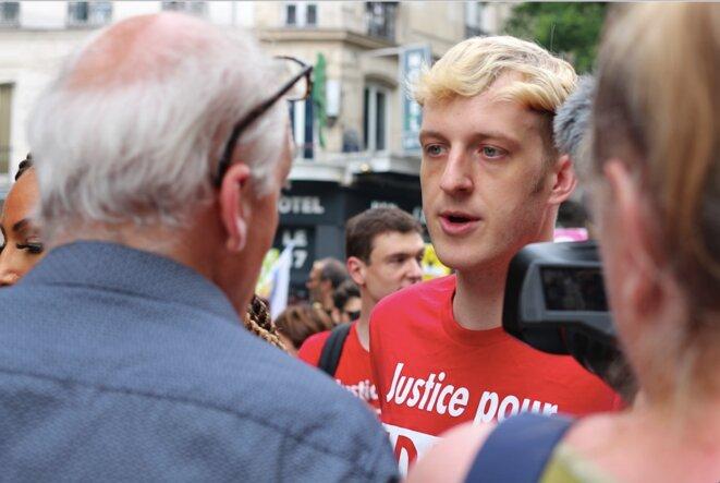 Philippe Poutou (NPA) rencontre l'écrivain Édouard Louis, manifestant avec le collectif Justice pour Adama.