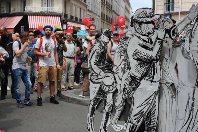 """Le char de la """"Commune de Paris"""", le 26 mai. © MG"""
