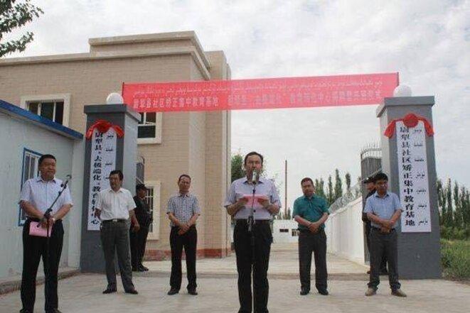 La cérémonie d'ouverture d'un camp de rééducation à Lopnor, Xinjiang
