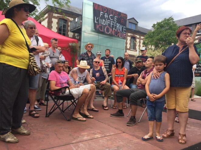 Les 6 grévistes de la faim entourés d'un comité de soutien au sixième jour de grève