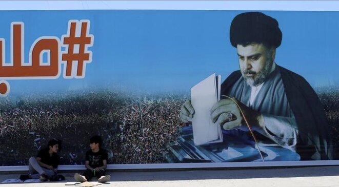 Une affiche de Moqtada al-Sadr, à Bagdad, en Irak, le 19 mai 2018. © Reuters