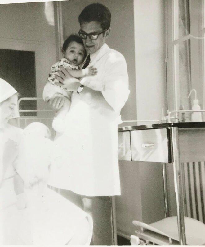Je situe cette photo à la fin du stage en pédiatrie, soit fin avril 1968. L'original indique le prénom de l'enfant : Abdelkrim [Ph. DR]