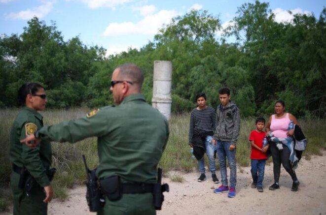9 mai 2018. Cette famille vient de franchir la frontière entre le Mexique et les États-Unis près de McAllen, Texas. © Reuters