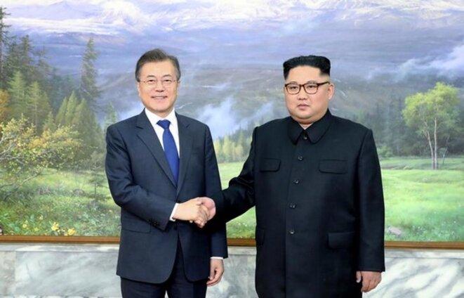 Les dirigeants sud-coréen et nord-coréen, à Panmunjom, le 26 mai 2018. © Reuters
