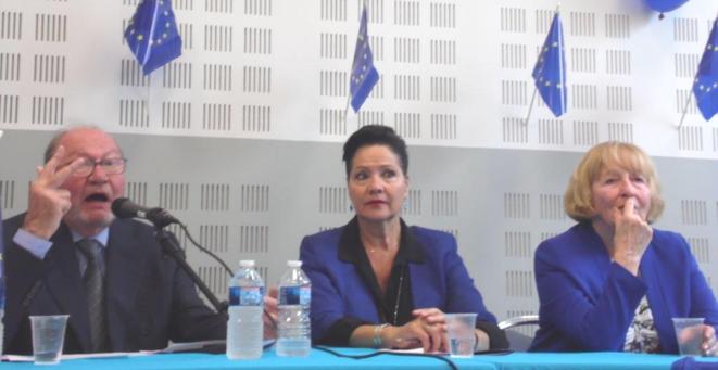 """""""Trois concessions !"""" De gauche à droite : le conférencier, Jean-Gérard Lieberherr - Lisette Narducci, maire du 2e secteur de Marseille - Monique Beltrame, présidente du Comité Européen Marseille. © Legisport"""