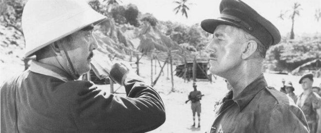 L'aventurisme juridique (illustration) / En Birmanie, un officier japonais gifle avec la Convention de Genève un officier anglais fait prisonnier (tiré du film Le Pont de la Rivière Kwai de David Lean, 1957)