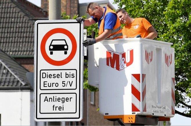 Installation de panneaux sur la Max-Brauer-Allee, le 16 mai 2018. © Reuters