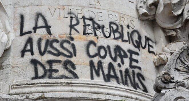 Tag tracé sur la statue de la place de la République pendant la marée populaire le 26 mai 2018 (source : https://lundi.am/).