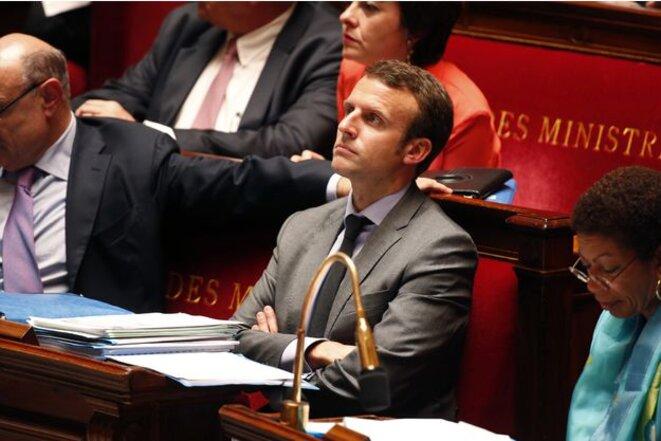 Emmanuel Macron, alors ministre de l'économie, à l'Assemblée nationale en 2015, lors de l'examen de la loi qui porte son nom. Il avait alors rejeté un amendement destiné à abolir le monopole des constructeurs sur les pièces de carrosserie. © Reuters