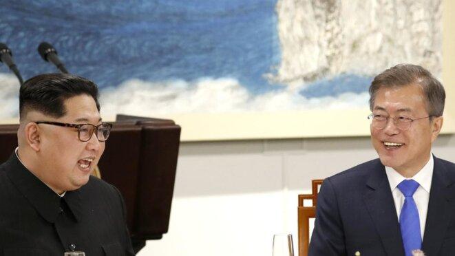 Kim Jong-un et Moon Jae-in (de gauche à droite), Panmunjom, 27 avril 2018.