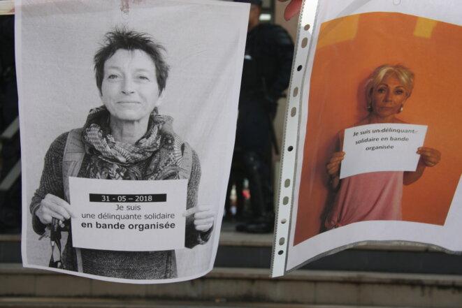 Devant le tribunal correctionnel de Gap, plusieurs centaines de militants sont venus scander leur soutien : «Je suis une délinquante solidaire en bande organisée» ; «Je suis un délinquant solidaire en bande organisée».