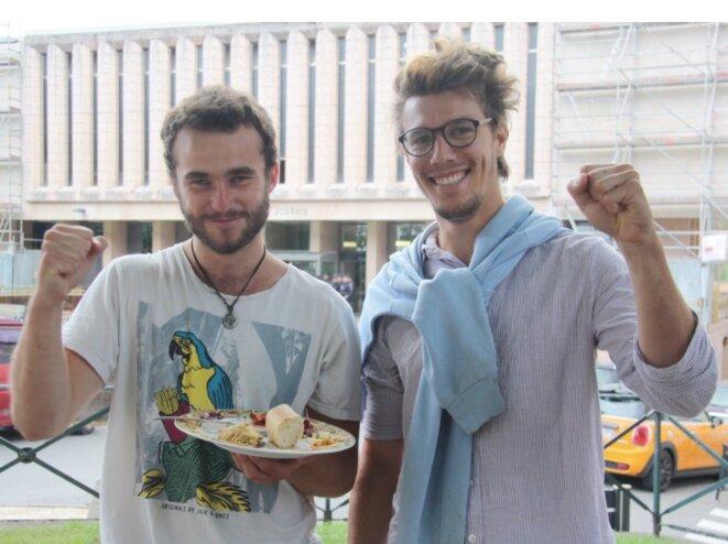 Théo et Bastien à Gap, le 31 mai, après le renvoi de leur procès et la levée de leur contrôle judiciaire. © MM