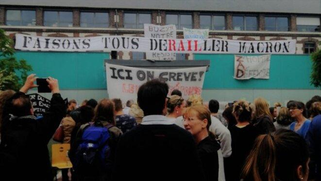 Banderole offerte aux grévistes du Rouvray par les cheminots © Révolution permanente