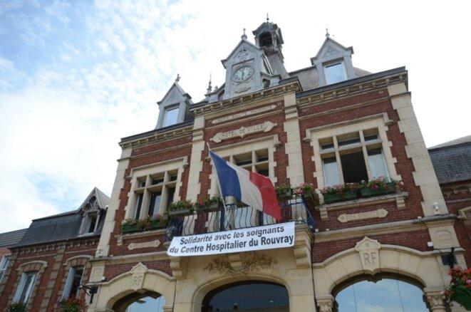 Banderole au fronton de la mairie de Saint-Etienne du Rouvray © Ville de Saint-Etienne du Rouvray