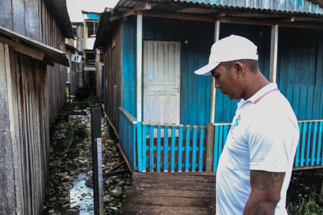 Fabio Nunes Magalhães, membre du Mouvement des atteints des barrages, devant la jauge qui sert à mesurer la hauteur de l'eau. © J.-M. A.