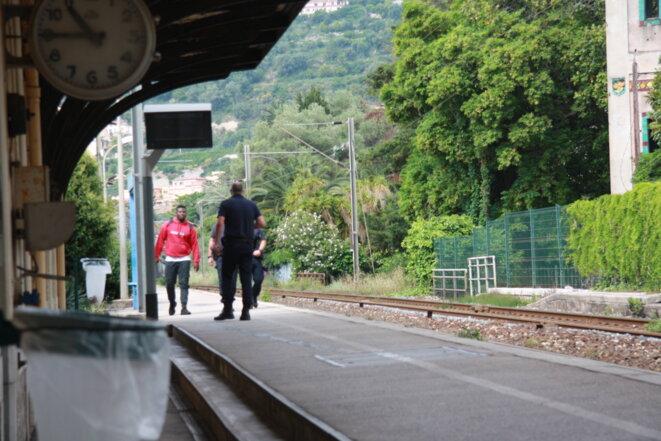 Des CRS interpellent un majeur étranger en gare de Menton pour l'amener à la PAF. © MM