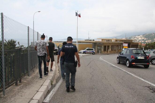Des policiers italiens raccompagnent deux mineurs syriens vers la PAF française de Menton. © MM