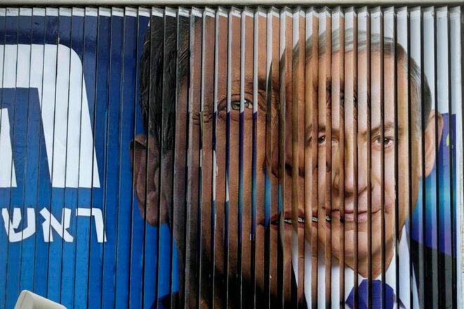 Isaac Herzog, candidat de l'Union sioniste (g.) et Benjamin Netanyahou (d.) se succèdent sur une affiche mobile à Tel-Aviv, lors de la campagne de 2015. © Reuters