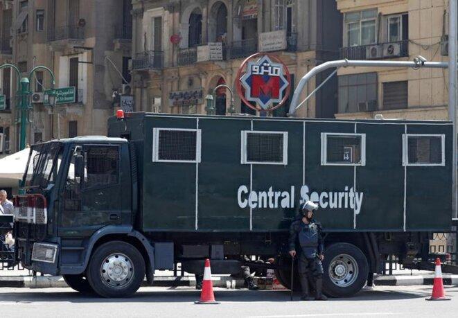 Un véhicule de la police anti-émeute stationne place Tahrir, le 13 mai 2018. © Reuters
