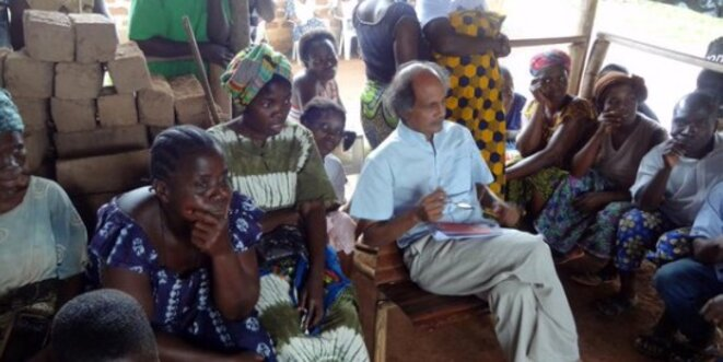 Gaëtan Mootoo meeting with an assembly of women in Africa. ©DR