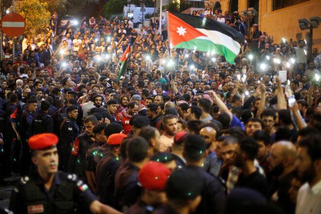 Manifestation à Amman devant la résidence du premier ministre, le 5 juin 2018. © Reuters