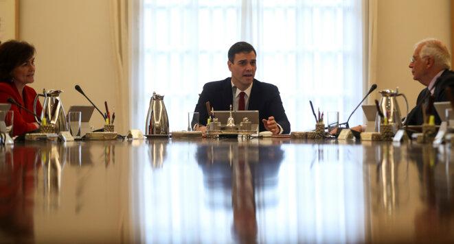 Pedro Sanchez préside vendredi 8 juin son premier conseil des ministres à la Moncloa avec, à sa gauche, le Catalan Josep Borrell, nouveau ministre des affaires étrangères. © Reuters / Susana Vera