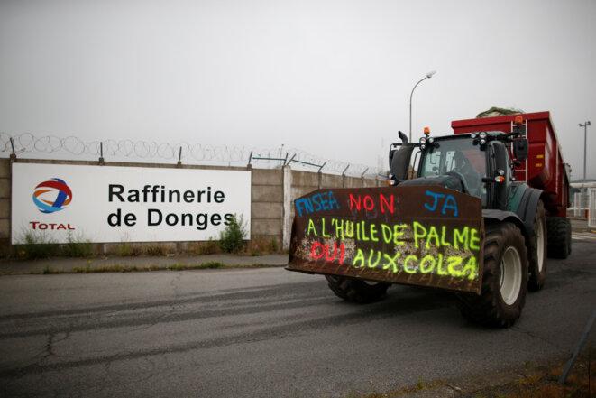 Des manifestants de la FNSEA devant la raffinerie de Donges (Loire-Atlantique), le 11 juin 2018. © Stéphane Mahé/Reuters