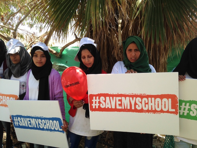 Des Bédouines protestent contre la démolition programmée de leur école à Khan Al-Ahmar, le 11 juin. © C. D.