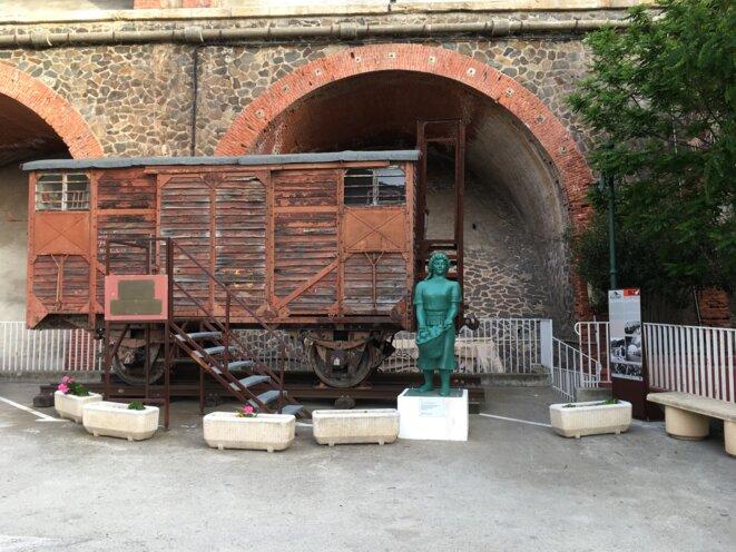monument-en-hommage-aux-transbordeuses-de-cerbe-re