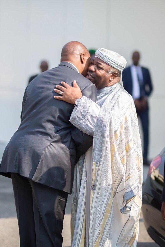 Accolade entre les deux chefs d'Etat lors de l'arrivée du Président centrafricain au palais Rénovation