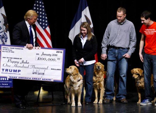 30 janvier 2016. Dans l'Iowa, État clé qui s'apprête à ouvrir la saison des primaires, Donald Trump offre un gros chèque de sa fondation à une organisation de vétérans. © Reuters