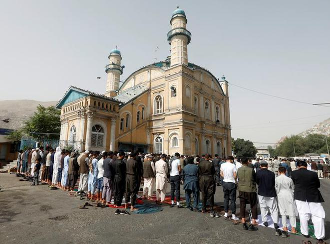 Vendredi 15 juin, jour de l'Aïd el-Fitr, à Kaboul, des fidèles lors de la prière du matin. © Reuters