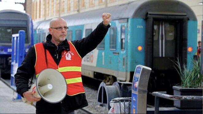 Un employé de la SNCF manifeste dans la gare de Marseille-Saint-Charles lors de la grève nationale de la SNCF, le 4 avril 2018. © Reuters