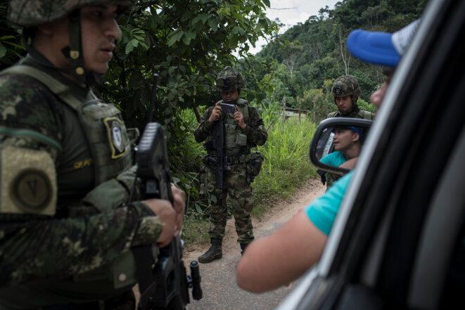 Contrôle de l'armée sur une route du Catatumbo. Quelque 12.000 militaires auraient été déployés dans la région, frontalière avec le Venezuela. © Nicolo Filippo Rosso
