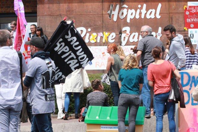 Mobilisations des hospitaliers devant l'entrée principale du CH Pierre Janet