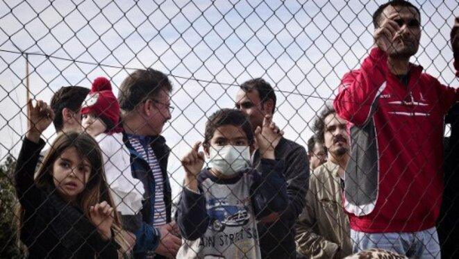 Des migrants regroupés au camp d'Hellinikon à Athènes. © Louisa Gouliamaki / AFP