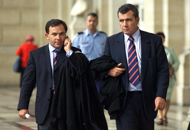 Francis Szpiner et Thierry Herzog en 2001, lors de l'annulation des actes visant Jacques Chirac dans l'affaire des HLM de Paris. © Reuters