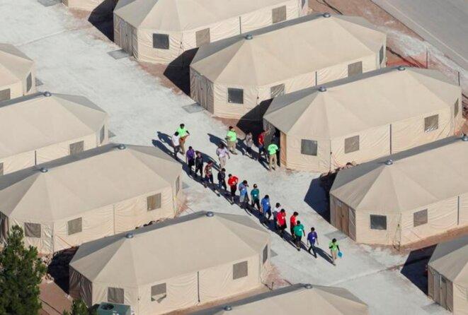 À Tornillo (Texas), un nouveau camp de tentes en plein désert pour accueillir des adolescents séparés de leurs familles. © Reuters
