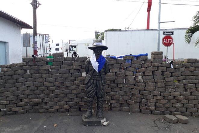 Sandino repeint aux couleurs nationales et protégé par une barricade