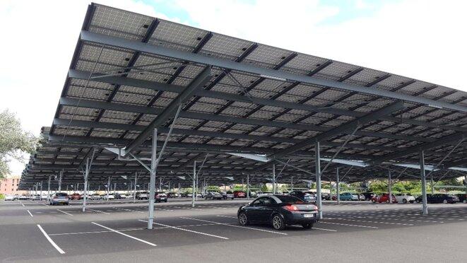 Dans l'Hérault, un parking publc couvert d'environ 4500 panneaux photovoltaïques. Production estimée: 15 GWh/an. Photo JLH.