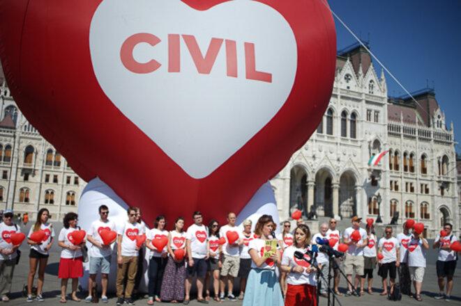 Mobilisation des ONG hongroises devant le Parlement, lundi 4 juin 2018. © Amélie Poinssot
